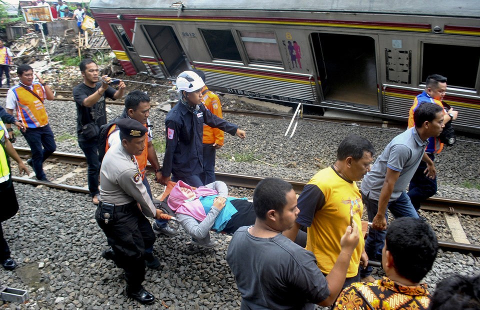 The evacuation process for victims of Commuter Line 1722 train in Kebon Pedes, Tanah Sareal in Bogor regency on Sunday (10/03) The offcials of PT KAI and KCI said that 19 people, including machinists, were injured and sent to a hospital.