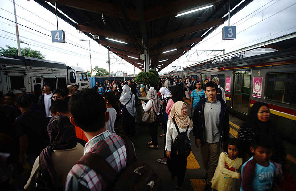 The KRL passenger activity at Depok Lama Station in West Java, on Sunday (10/03). he KRL trip to Bogor on Sunday could only attain Depok Station, while the departure from Bogor was canceled.