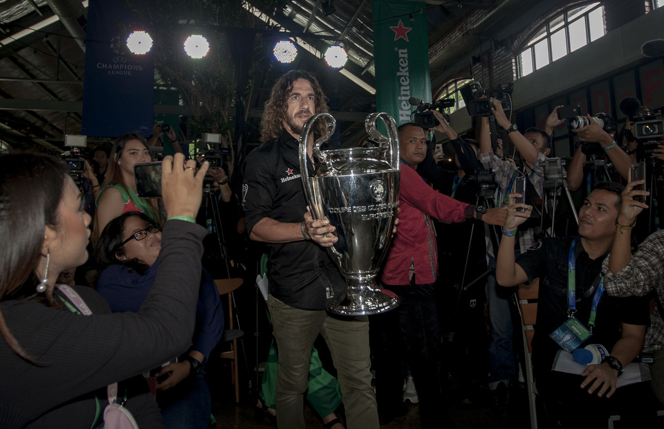 F.C Barcelona former defender holds the UCL trophy in Beer Hall, Central Jakarta on Monday (11/03) The former defender won the 'big ear' twice during his time in F.C Barcelona. (JG Photo/Yudha Baskoro)