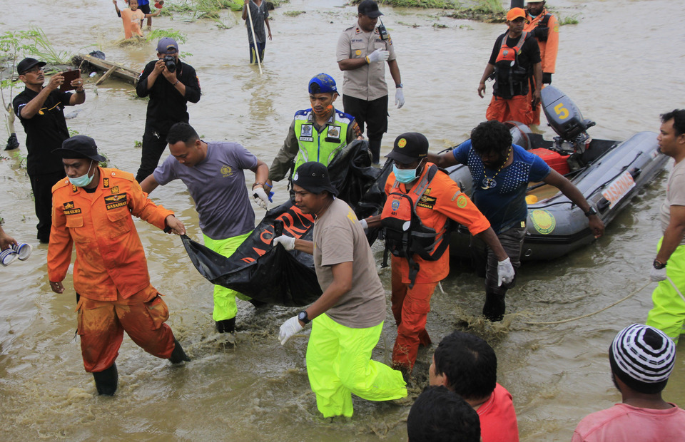 Search and Rescue (SAR) personnel and police officers conduct a emergency rescue to find a victims of Sentani flash flood around the Gajah Mada housing complex in Sentani, Jayapura, Papua on Tuesday (19/03) (ANTARA FOTO/Gusti Tanati)