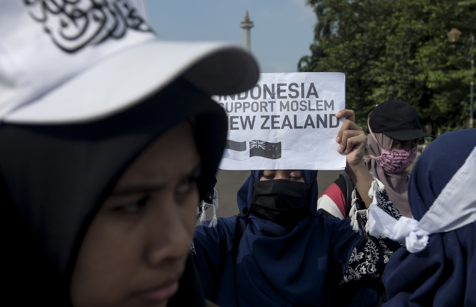 Indonesian muslims suppport muslim in New Zealand in front of horse statue, Central Jakarta on Friday (22/03) (JG Photo/Yudha Baskoro)