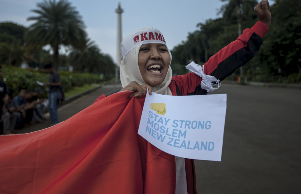 Indonesian muslim brings a poster said stay strong moslem new zealand in front of Arjuna Wiwaha statue, Central Jakarta on Friday (22/03) Women across New Zealand are wearing headscarves in a show of support for the Muslim community. (JG Photo/Yudha Baskoro)