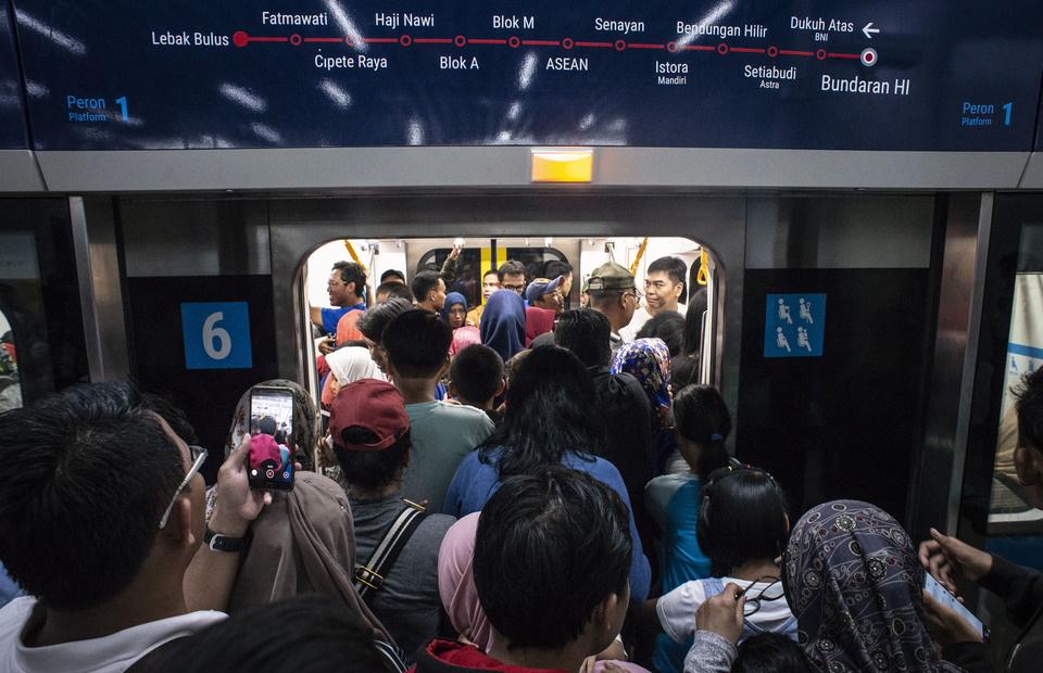 Passengers crowding to get into a railcar on the Jakarta MRT on Sunday. (Antara Photo/Aprillio Akbar)