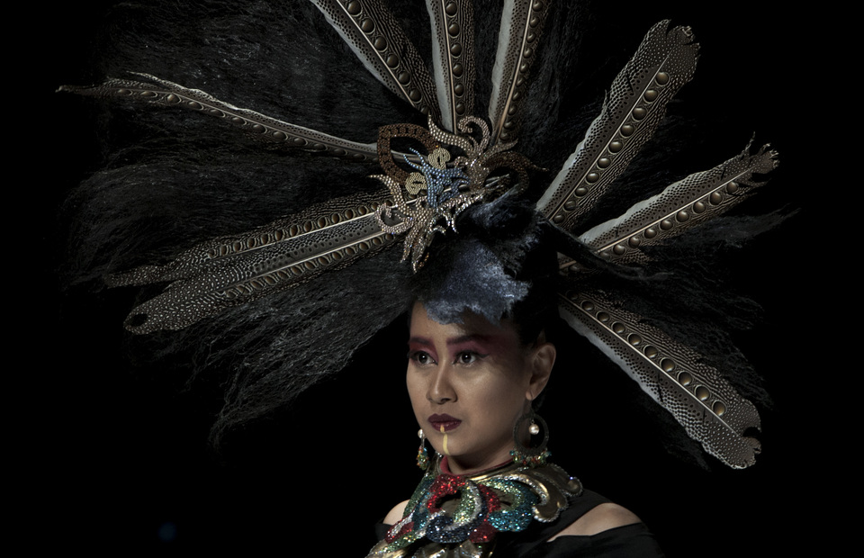 A model wears a Dayak-inspired headdress. (JG Photo/Yudha Baskoro)