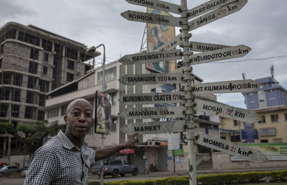 Arusha street artist told a story about the famous clock tower roundabout in Arusha, Tanzania on Sunday (31/03) The clock tower is the central point between Cairo and Capetown. (JG Photo/Yudha Baskoro)