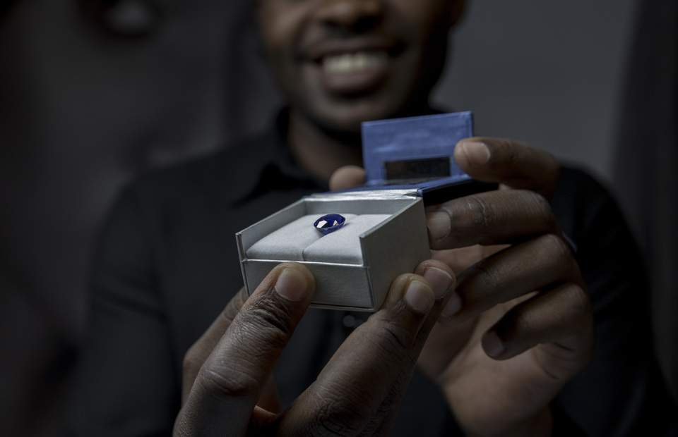 A trader shows the highest quality of tanzanite in Tanzanite Experience, at Arusha, Tanzania on Tuesday (02/04) Tanzanite got its name from Tanzania because the blue saphire can only be found in Arusha. (JG Photo/Yudha Baskoro)