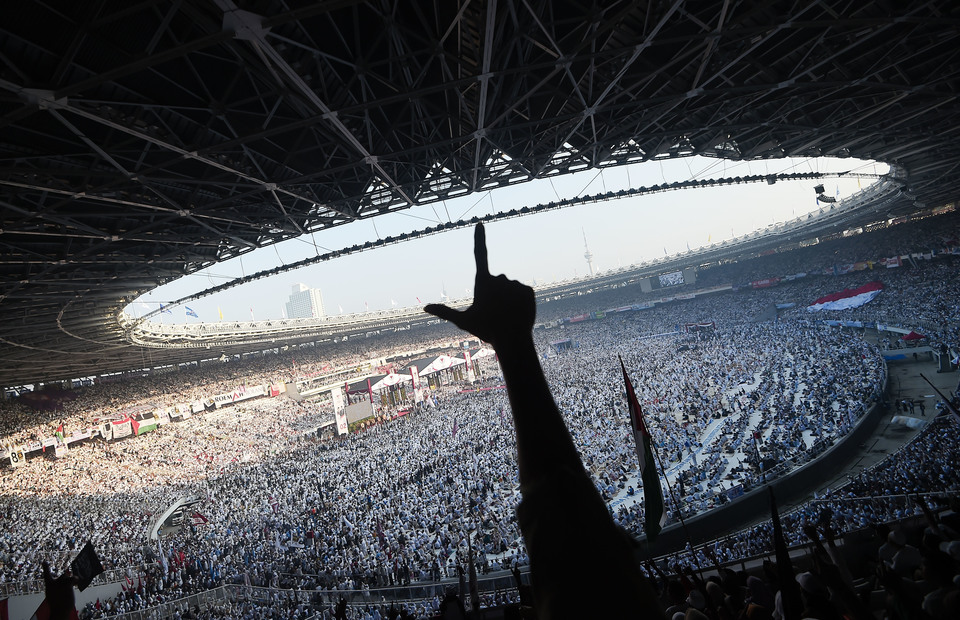 Supporters of Prabowo Subianto and businessman Sandiaga Uno seen in a packed Gelora Bung Karno Stadium in Senayan, Jakarta, on Sunday. (Antara Photo/Galih Pradipta)