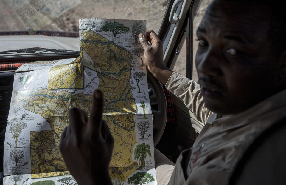 Gabriel John holds a map to explain location of the big five during the great migration on Thursday (04/04) Mr. Gaby is the profesional guide from Gosheni Safaris Africa. (JG Photo/Yudha Baskoro)