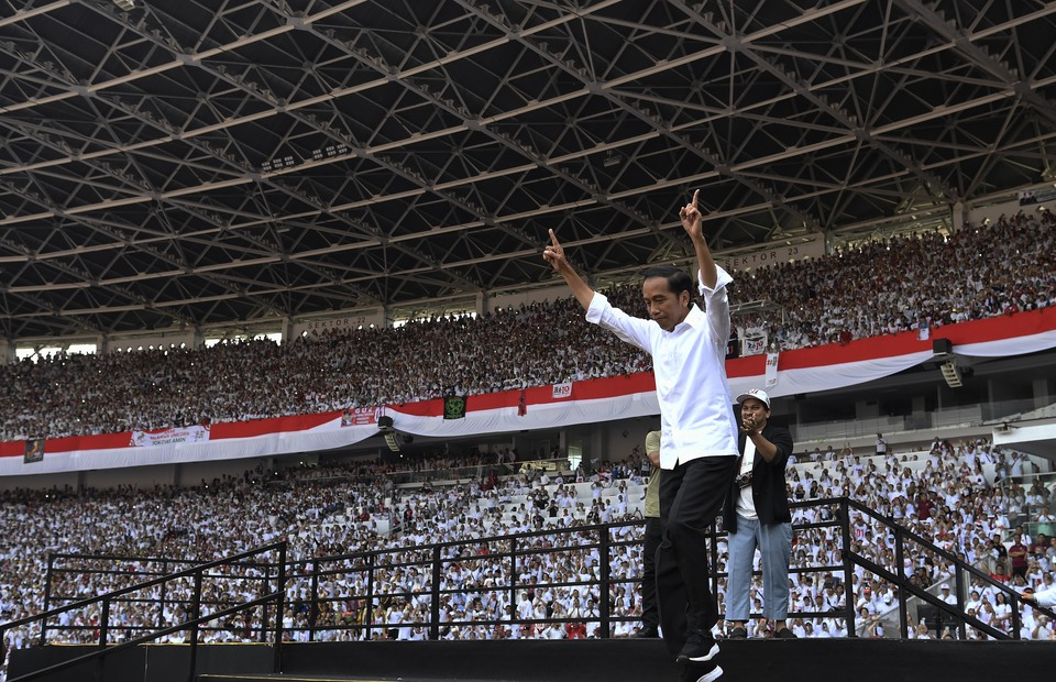 Joko Widodo was set to enter the main stage and gives speech to his supporters on the afternoon during his final campaign in GBK stadium on Saturday (13/04) (ANTARA FOTO/Puspa Perwitasari)