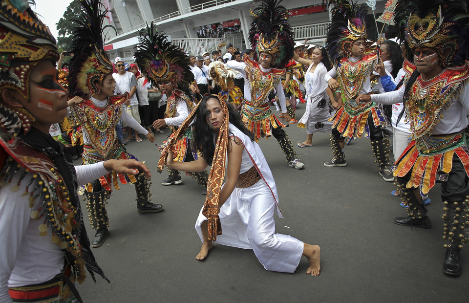 A traditional mask dance performance was held outside the GBK stadium on Saturday (13/04) The Jokowis final campaign started at 12 p.m. with a parade representing the country