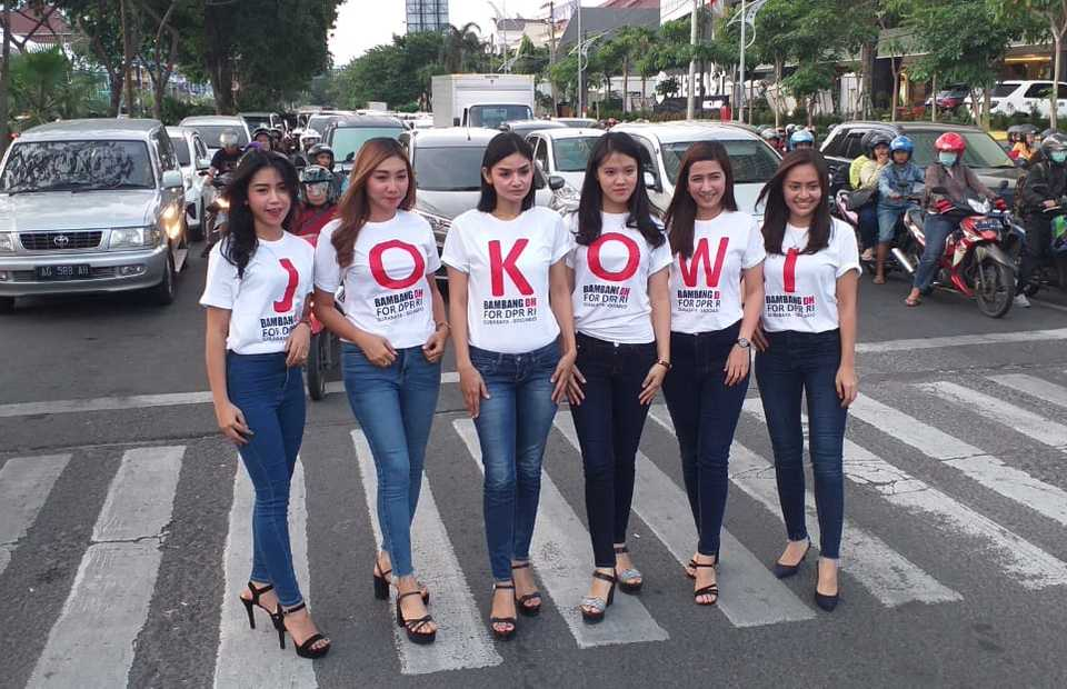 Young ladies wearing alphabetical words of 'Jokowi' posed during the massive 'White in Unity' event. (Photo courtesy of TKN)