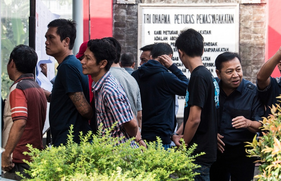 Corruption convict Setya Novanto, right, lining up with several other prisoners to vote at a polling station in Sukamiskin Prison in Bandung, West Java. (Antara Photo/M Agung Rajasa)