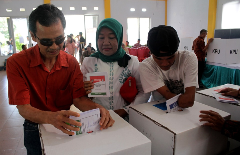 Residents with disabilities putting their ballots into ballot boxes at a polling station in Makassar, South Sulawesi. (Antara Photo/Arnas Padda)