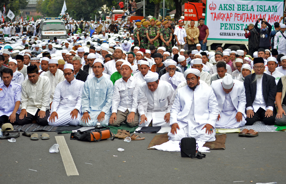 In memory: members of Islamic Defender Front (FPI) prayed in front of Jakarta municipality in 2017 demanding for legal prosecution of Jakarta governor Basuki 'Ahok' Tjahaja Purnama for blasphemy against Islam. (BeritaSatu Photo/Danung Arifin)