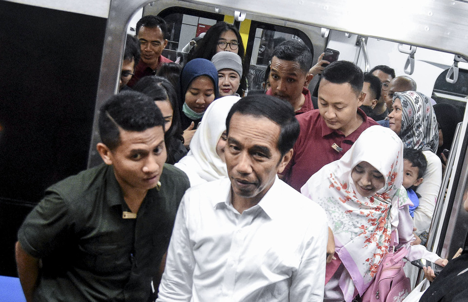 Jokowi tries MRT from Bundaran Hotel Indonesia Station after he visits Grand Indonesia on Saturday (20/04) (ANTARA FOTO/M Risyal Hidayat)