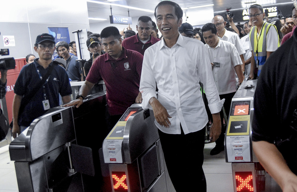 President Joko Widodo walks through the Jakarta Mass Rapid Transit (MRT) Bundaran HI station in Central Jakarta on Saturday (20/04) (ANTARA FOTO/M Risyal Hidayat)