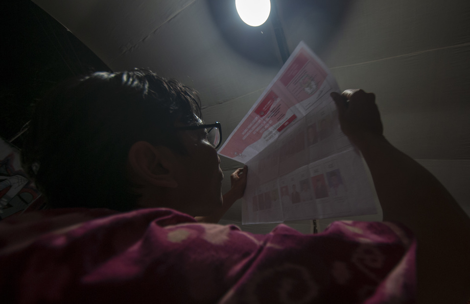 Most election officials had to work through the night to complete the vote counting in North Lolu Village, Palu, Central Sulawesi, on Wednesday (17/04) (Antara Foto/Basri Marzuki)