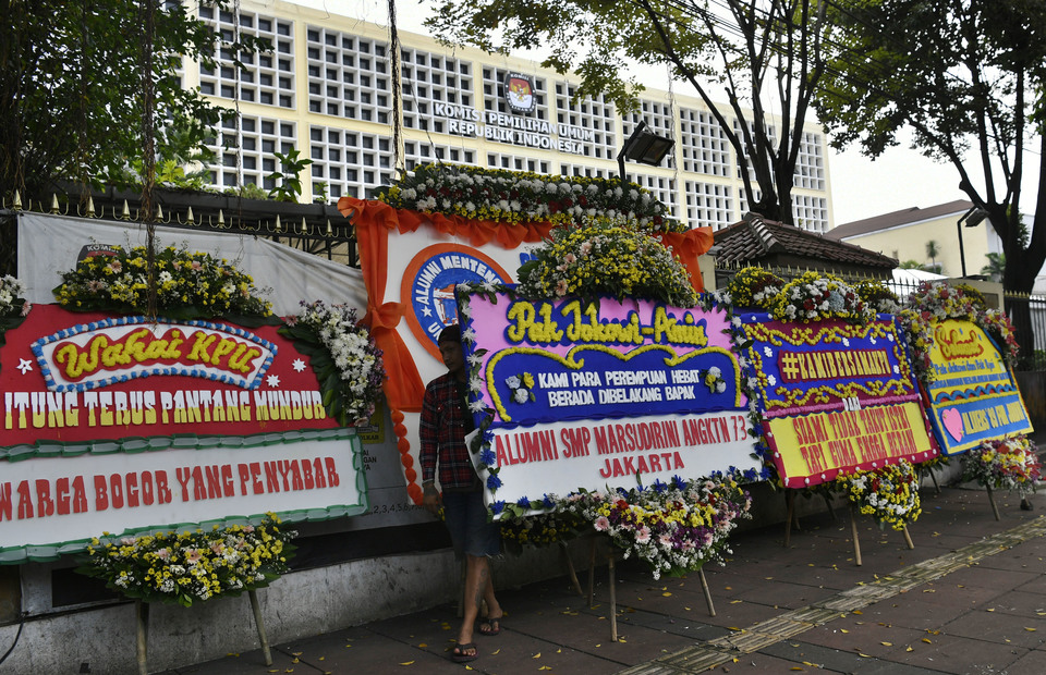 Flower boards seen outside the offices of the KPU in Central Jakarta. (Antara Photo/Puspa Perwitasari)