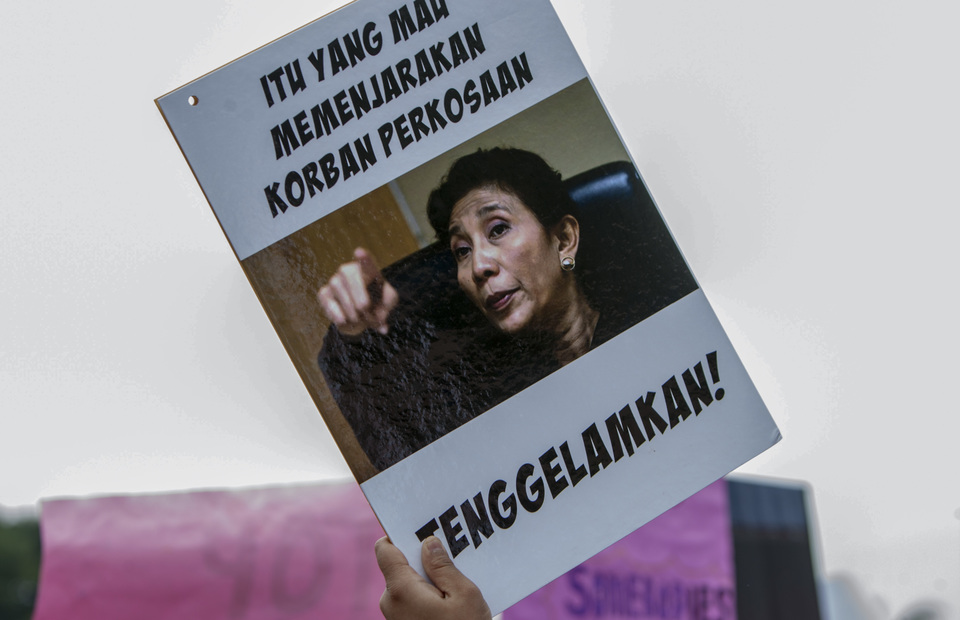 A protester holds a placard reads a catchphrase from Minister of Maritime Affairs and Fisheries, Susi Pudjiastuti : For those who imprisoned rape victims. sink it! (JG Photo/Yudha Baskoro)