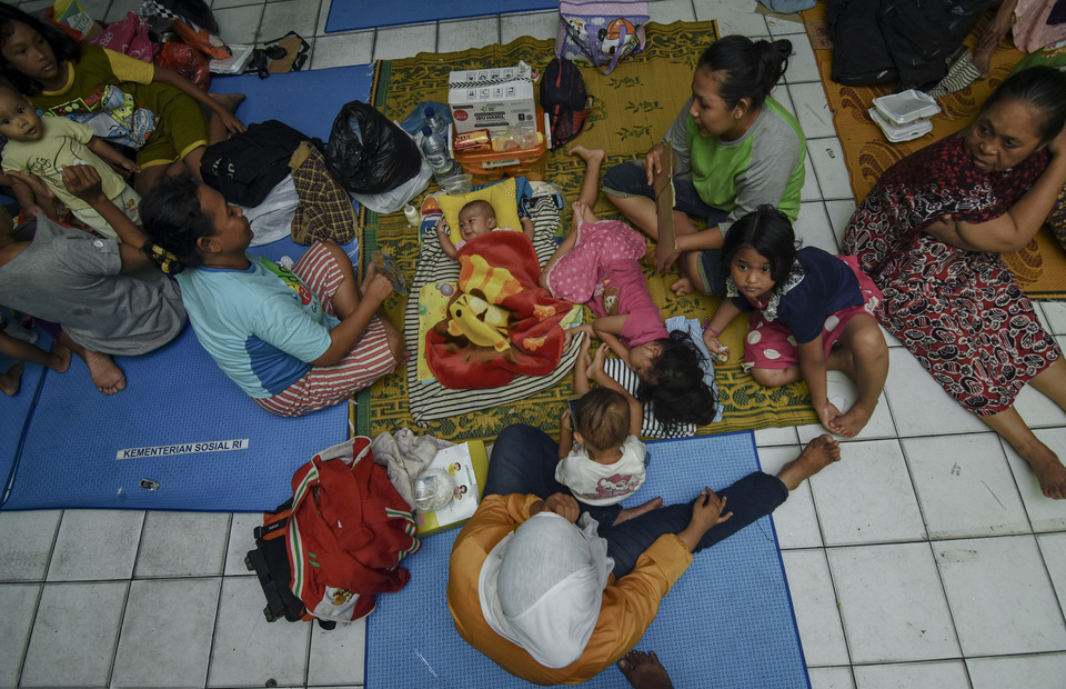 Flood-affected residents rest in a classroom turned into a makeshift shelter at an elementary school in Kampung Melayu, East Jakarta, on Saturday. More than 700 residents of Kebon Pala have been evacuated to eight elementary schools. (Antara Photo/Indrianto Eko Suwarso)