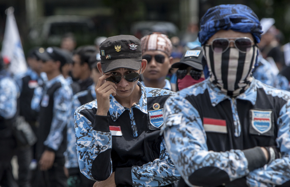 Workers around the Greater Jakarta Area parade during May Day protest in front of Arjuna Wiwaha Statue, Central Jakarta on Wednesday (01/05) They want to break police barricade and go to State Palace (JG Photo/Yudha Baskoro)