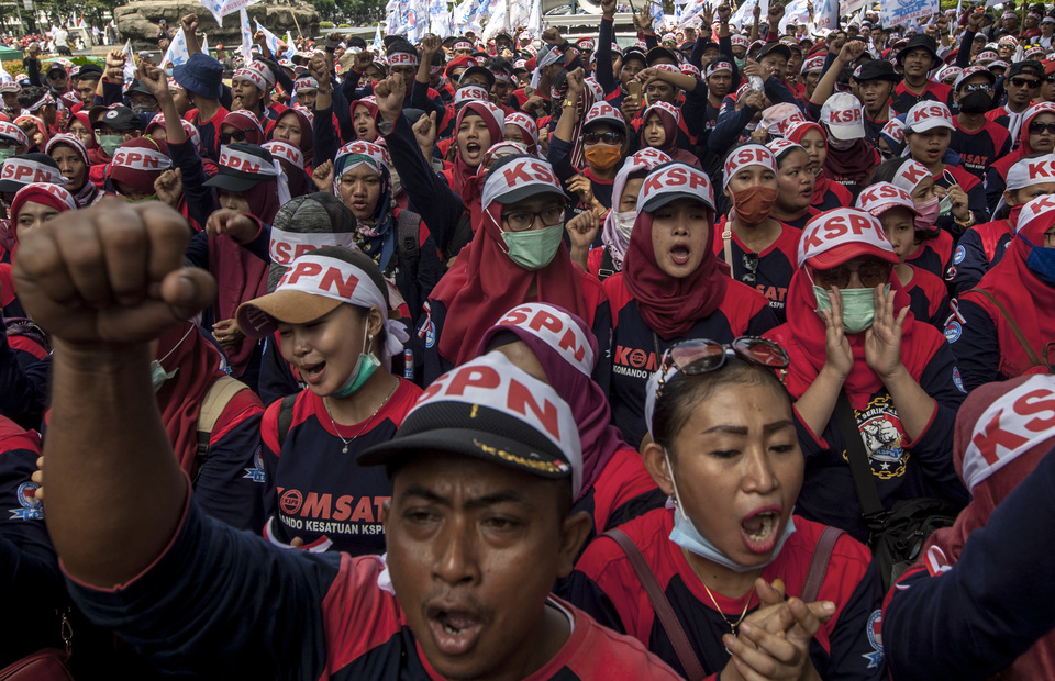 Indonesian workers chant sontoloyo, a phrase from a song by Indonesian mucisian, Ahmad Dhani as they protest during a May Day rally in front of Arjuna Wiwaha Statue, Central Jakarta on Wednesday (01/05) (JG Photo/Yudha Baskoro)