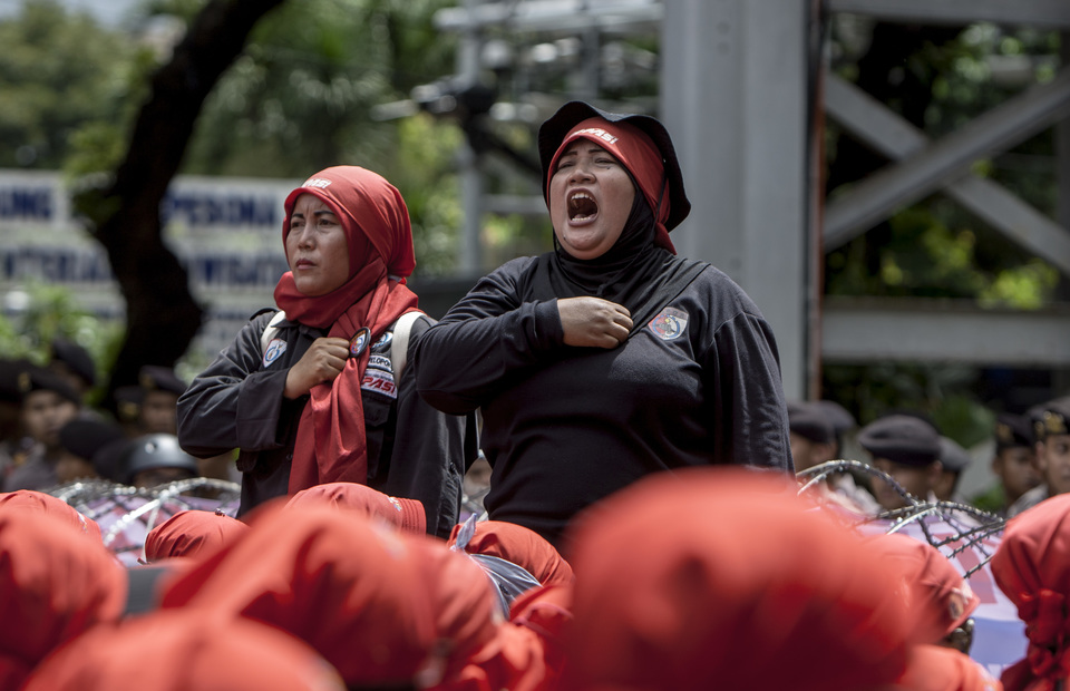 Woman workers sang Indonesia Raya during May Day protest in front of Arjuna Wiwaha Statue, Central Jakarta on Wednesday (01/05) (JG Photo/Yudha Baskoro)