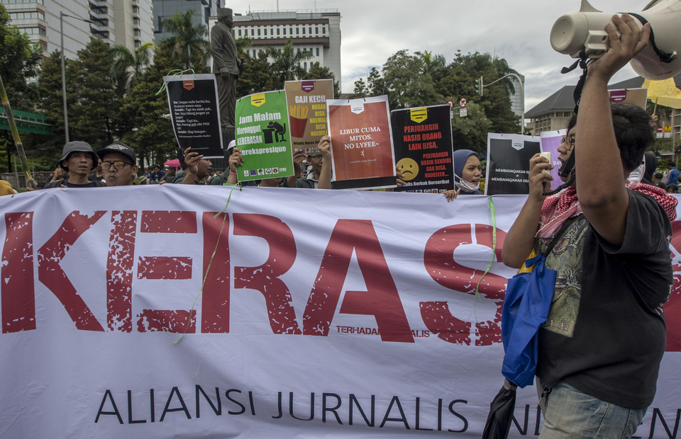Indonesian journalists shout as they protest about overload, overtime and low wages during a May Day rally in front of Arjuna Wiwaha Statue, Central Jakarta on Wednesday (01/05) (JG Photo/Yudha Baskoro)