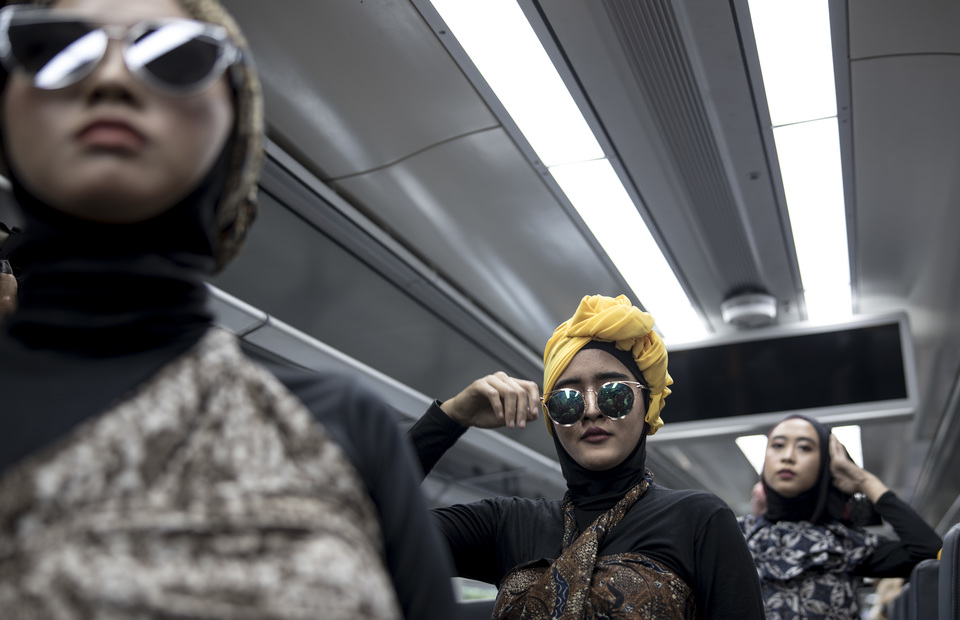 Models wearing creations by a mustahiq, or person deserving of zakat, during Fashion Show on Train in Jakarta on Thursday. (JG Photo/Yudha Baskoro)