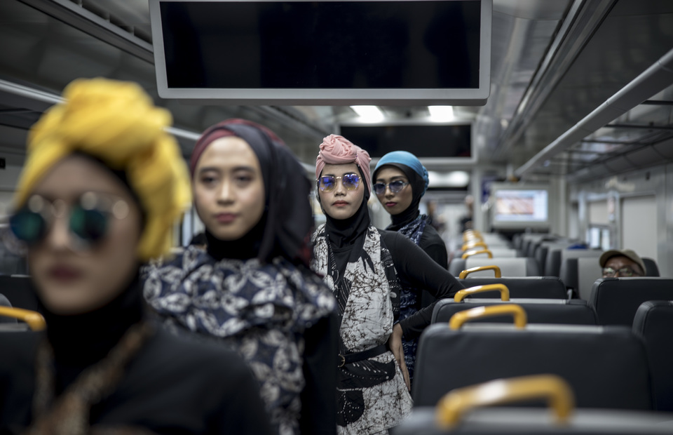 The fashion show was held on the train connecting downtown Jakarta to Soekarno-Hatta International Airport in Tangerang, Banten. (JG Photo/Yudha Baskoro)