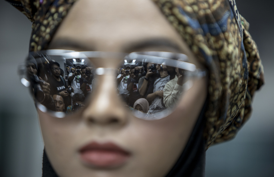 Journalists are reflected in a model's sunglasses during the fashion show. (JG Photo/Yudha Baskoro)