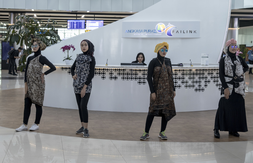 Models pose in ecofashion outfits at Soekarno-Hatta Airport. (JG Photo/Yudha Baskoro)