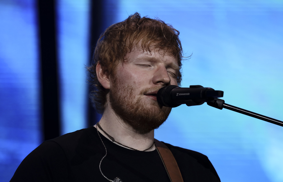 Sheeran often wears hoodies or tartan shirts during his shows, only wore a black T-shirt during his performance in Friday. (JG Photo/Yudha Baskoro)