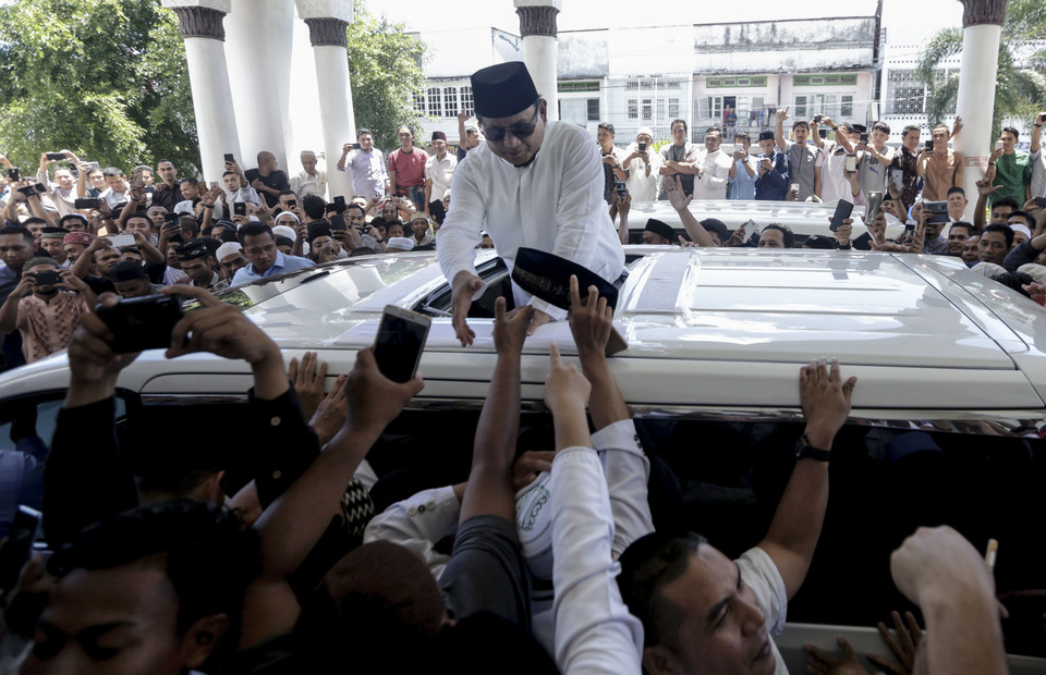 Prabowo Subianto greets his supporters in Banda Aceh, Aceh on Friday (03/05) (Antara Foto / Irwansyah Putra)