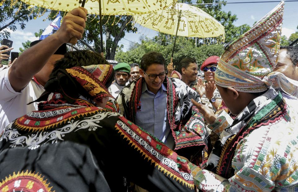 Sandiaga Uno is dancing with guel dancers as he receives a woven shawl in BPN headquarter at Banda Aceh, Aceh on Friday (03/05)  (Antara Foto / Irwansyah Putra)