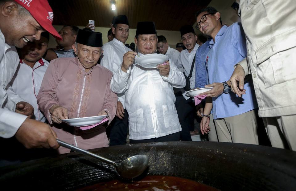 Prabowo Subianto (center) with his fellow Indonesian politician, Amien Rais and Sandiaga Uno eat beulangong (beef curry) to celebrate the tradition of meugang in Banda Aceh, Aceh on Friday (03/05) (Antara Foto / Irwansyah Putra)