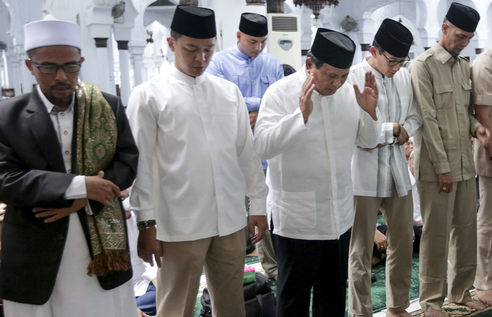 Prabowo Subianto and Sandiaga Uno attend to Friday prayer in Baiturrahman Mosque in Banda Aceh, Aceh on Friday (03/05) ((Antara Foto / Irwansyah Putra)