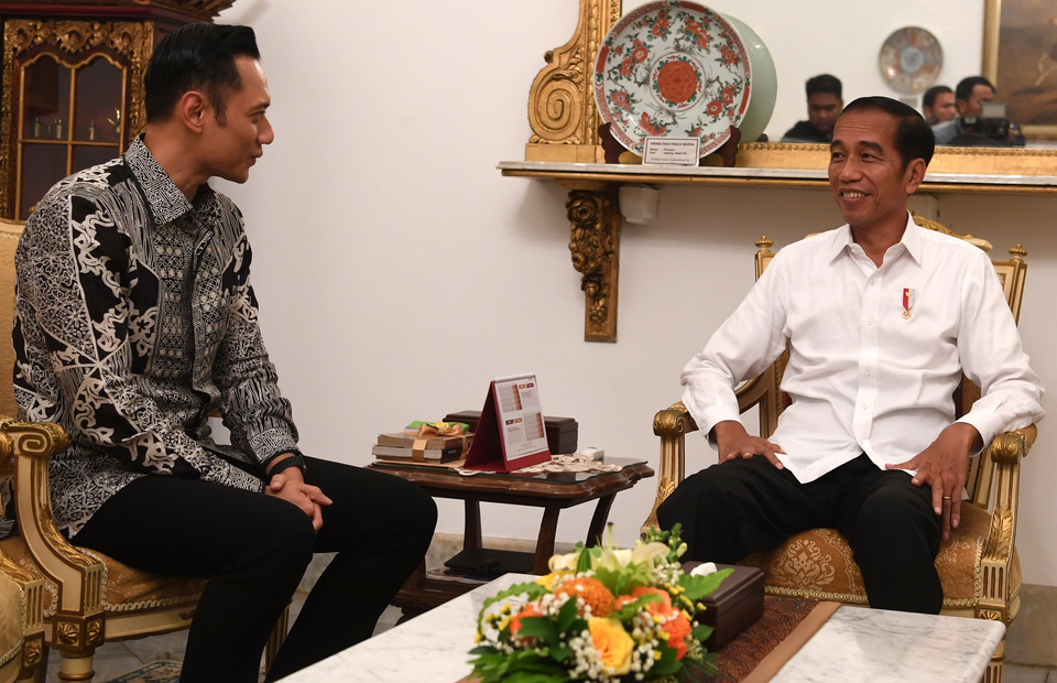 President Joko 'Jokowi' Widodo meeting with Democratic Party executive Agus Harimurti Yudhoyono at the Presidential Palace in Central Jakarta on Thursday last week. (Photo courtesy of the State Palace)