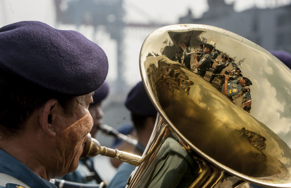 Indonesian navy personnel blows a trumpet during the arrival of JS Samidare in Tanjung Priok Port, North Jakarta on Wednesday (08/05) (JG Photo/Yudha Baskoro)