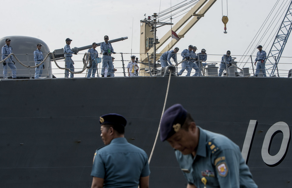 Japanese warship JS Samidare crew dock the warship using a rope in Tanjung Priok Port, North Jakarta on Wednesday (08/06) (JG Photo/Yudha Baskoro)