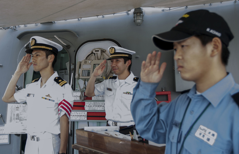 JS Samidare crews give a salute to Indonesian journalist during the open ship media tour in Tanjung Priok Port, North Jakarta on Wednesday (08/05) (JG Photo/Yudha Baskoro)