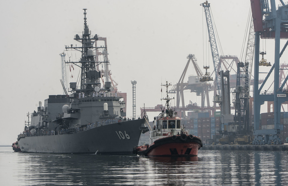 The Japans JS Samidare docked in Jakarta Bay on Wednesday (08/05) The ship