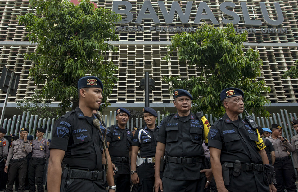 Indonesian police personnels guard in front of Bawaslu office in Central Jakarta on Thursday (09/05) (JG Photo/Yudha Baskoro)
