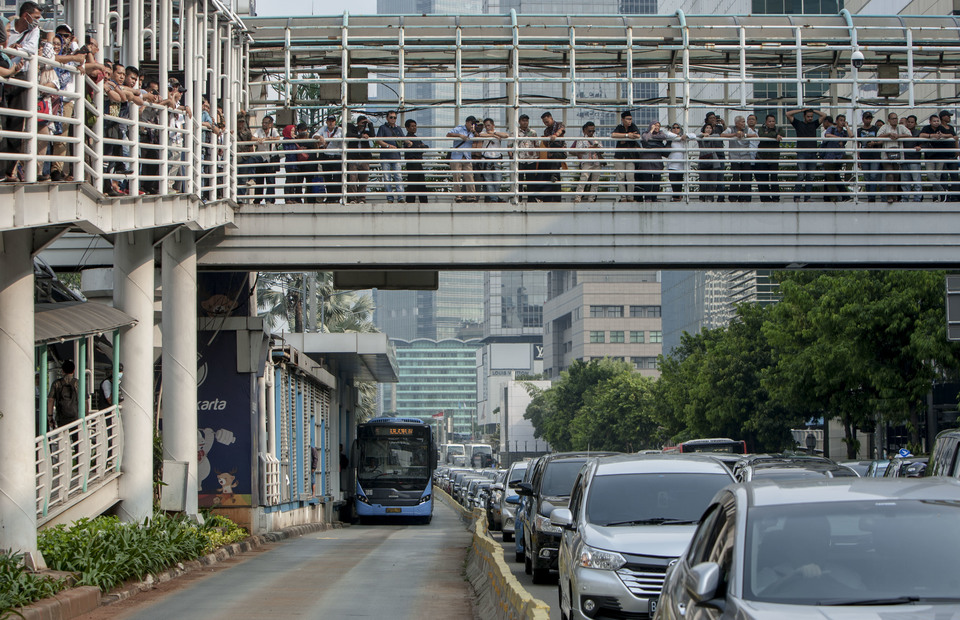 Peoples watch the protest from pedestrian bridge in front of Bawaslu office, Central Jakarta on Thursday (09/05) The protest result severe congestion along Jalan M.H. Thamrin. (JG Photo/Yudha Baskoro)