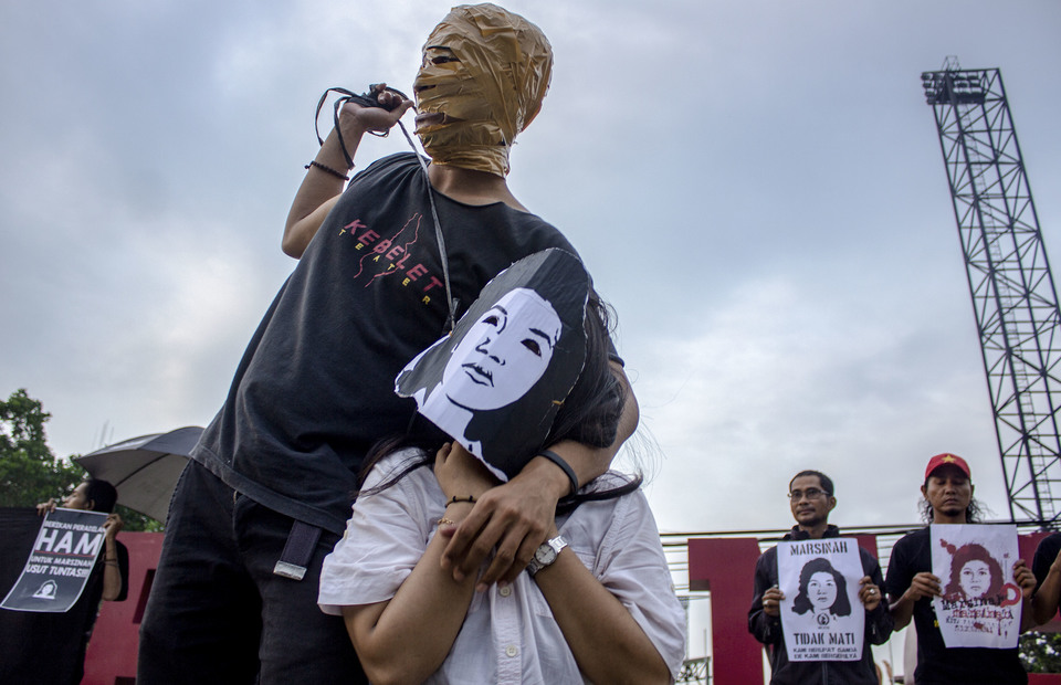 Human rights activist performs as a killer during theatrical action in the 585th kamisan to commemorate the death of Marsinah at Kawarang, West Java on Thursday (09/05) (Antara Photo/M Ibnu Chazar)
