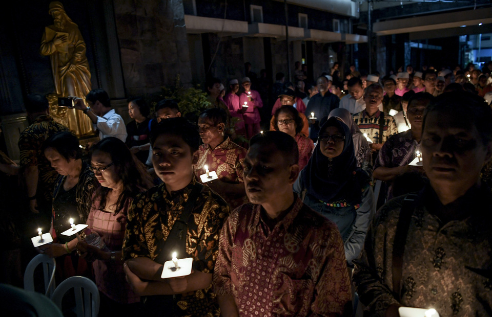 People of Surabaya ignite some candles and pray together with a number of interfaith figures during the memorial service to remembering Surabaya bombings tragedy in The Immaculate Saint Mary Catholic Church, Surabaya, East Java on Monday (13/05) (Antara Photo/Zabur Karuru)