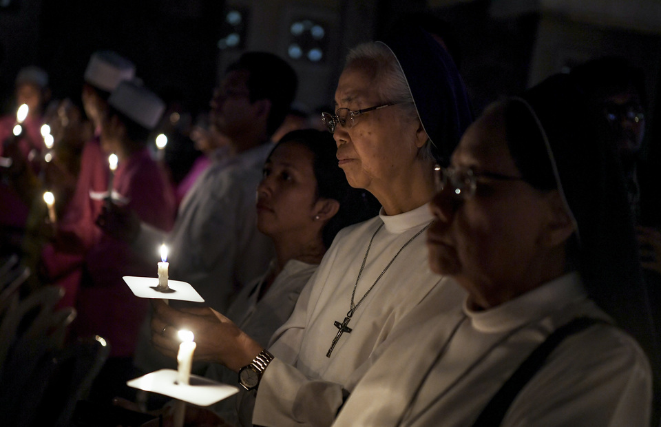 Nuns carry candle and pray during the commemoration of Surabaya bombings in Immaculate Saint Mary Catholic Church, Surabaya, East Java on Monday (13/05) (Antara Photo/Zabur Karuru)