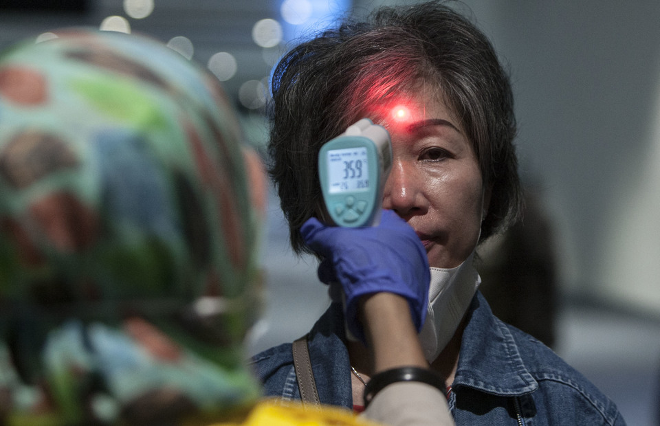 Visitor from Singapore is inspected by airport health authorities officer during monkeypox monitoring disease at Soekarno Hatta International Airport, Tangerang, Banten on Wednesday (15/05) (JG Photo/Yudha Baskoro)