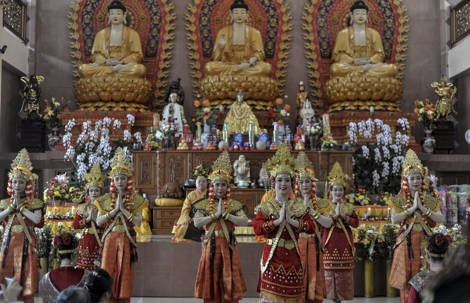Buddhists dress in South Sumatra traditional attire during Vesak Day celebration in Dharmakirti Monastery in Palembang, South Sumatra on Sunday (19/05). (Antara Photo / Feny Selly)