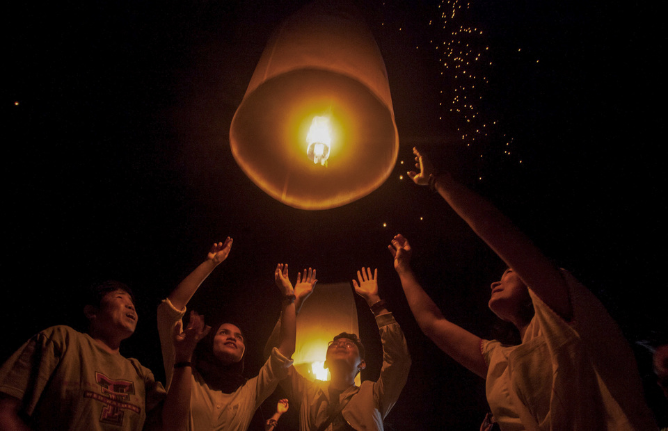 Visitors of Borobudur temple ignite lanterns during Vesak Day celebration at Lubini Park, Borobudur Temple, Magelang, Central Java, on Sunday (19/05). The release of thousands of lanterns is a symbol of peace (Antara Photo / Andreas Fitri Atmoko )